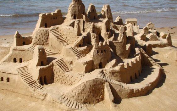 Artystyczne szaleństwo na plaży – czyli budowanie czegoś z piasku