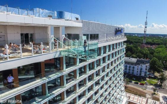 Film z drona  RADISON BLU zobaczcie basen i szklaną platformę na ostatnim piętrze