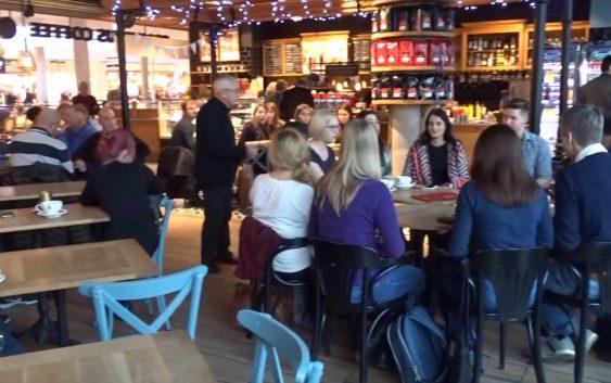 Goście kawiarni w Świnoujściu nagle zaczęli śpiewać kolędy.